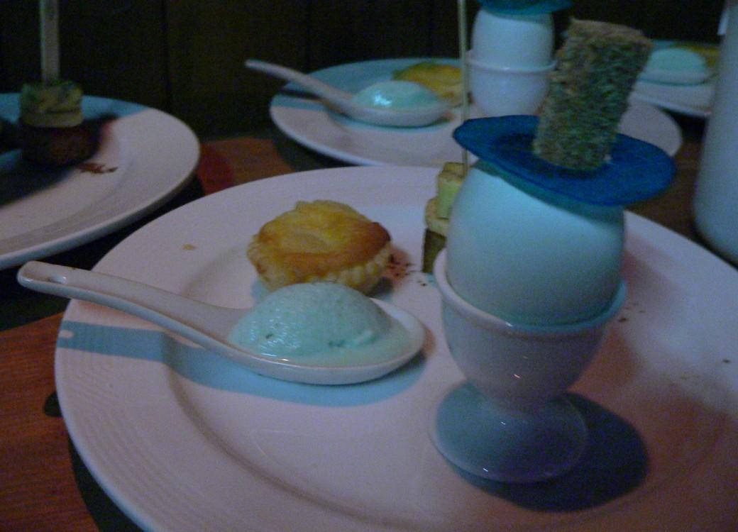 Oeuf brouillé en coque au Bleuchâtel, tartelette amandine aux poires accompagnée d'un sorbet au Bleuchâtel, brochette épicée