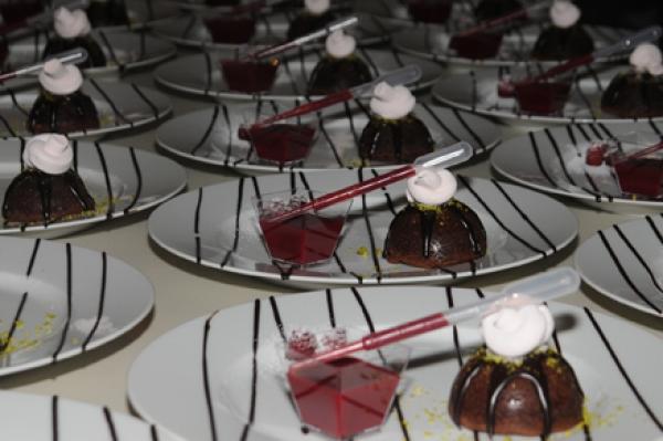 """sorbet à la rose et son dôme fondant """"finish-it-yourself"""" framboisé by confiserie Schmid"""