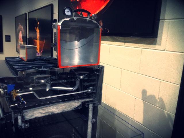 Equipements de cuisine coupés en deux