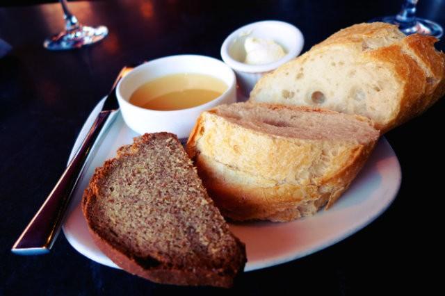 baguette et pain complet, miel et beurre à la fleur de sel