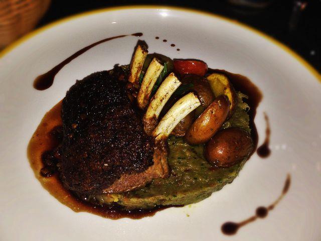Carré d'agneau en croûte d'olives, caviar d'aubergines, pommes de terre rôties, jus à l'anchois